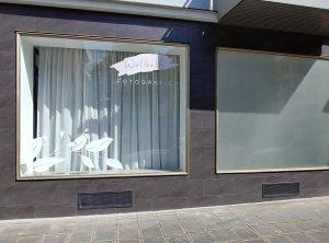 Zwei Schaufenster des Fotografieladens Wolke16 die frisch foliert wurden