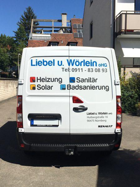 Heckansicht eines weißen Renault Master mit neuer Folienbeschriftung für Liebel und Wörlein