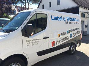 Schräge Seitenansicht eines weißen Renault Master mit neuer Folienbeschriftung für Liebel und Wörlein