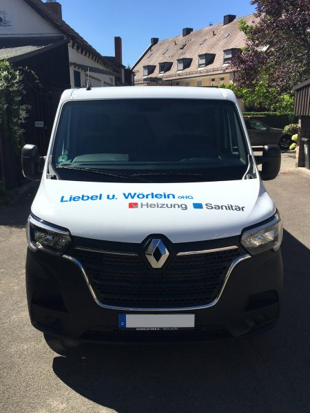 Frontansicht eines weißen Renault Master mit neuer Folienbeschriftung für Liebel und Wörlein