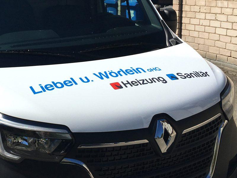 Schräge Frontansicht eines weißen Renault Master mit neuer Folienbeschriftung für Liebel und Wörlein