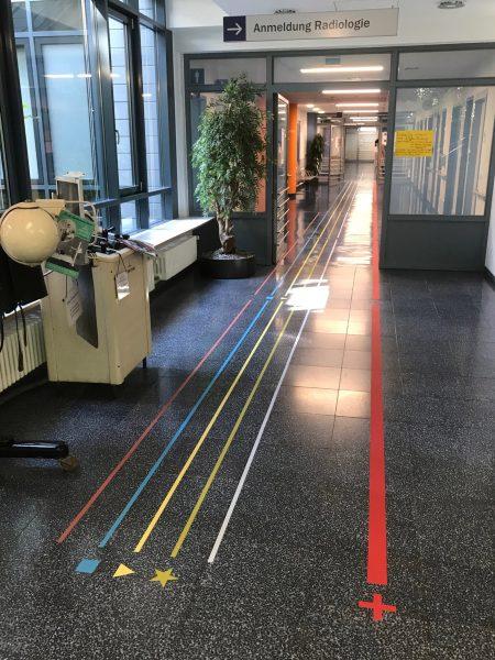 Gang in der Uniklinik in Erlangen mit neuem Leitsystem am Fußboden