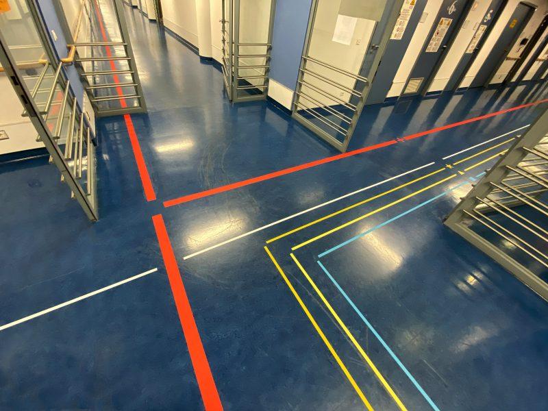 Sich treffenden Gänge in der Uniklinik in Erlangen mit neuem Leitsystem am Fußboden