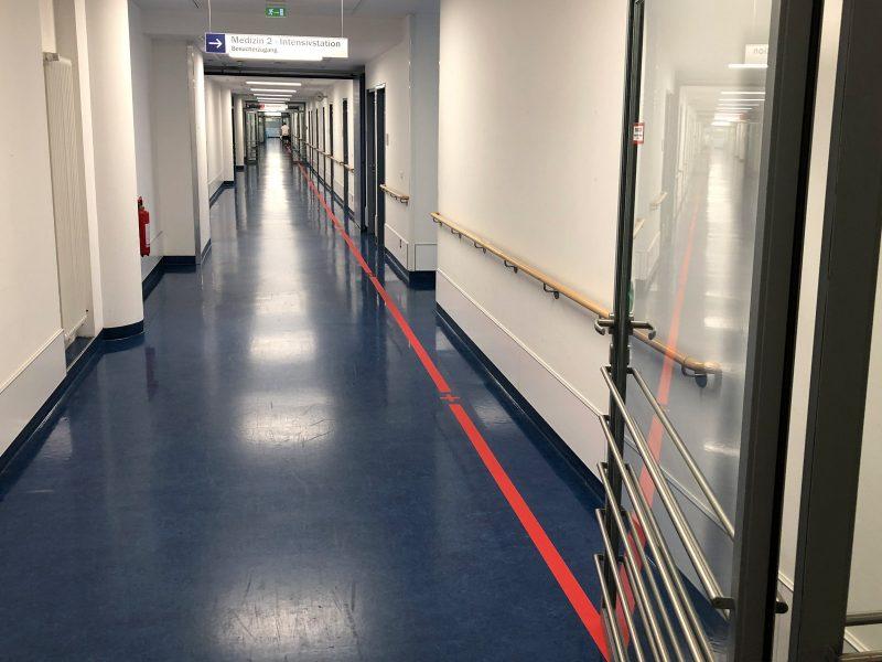 Leitsystem mit rotem Streifen am Boden in der Uniklinik in Erlangen