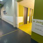 Wartezimmer in der Uniklinik mit Leitsystem und beklebtem Fußboden in grüner Farbe