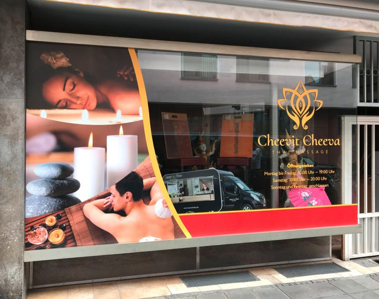 Schaufenster mit neuer Folienbeschriftung von dem Thaimassagesalon Cheevit Cheeva in der Nürnberger Innenstadt