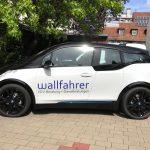 Seitenansicht: Neuer BMW i3 mit Logofolierung an der Fahrertüre für die Wallfahrer GmbH