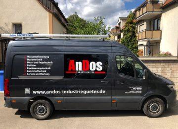Seitenansicht: Dunkelgrauer frisch beklebter Mercedes Sprinter für Andos