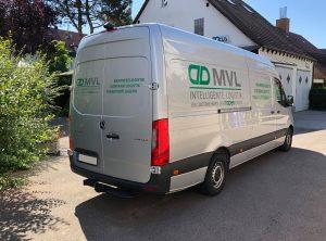 Heck und rechte Seite eines silbernen Mercedes Sprinter die neu foliert wurden für die Firma MVL Mader