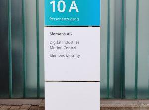 Schilder auf einer Stele auf dem Siemens-Gelände in Nürnberg