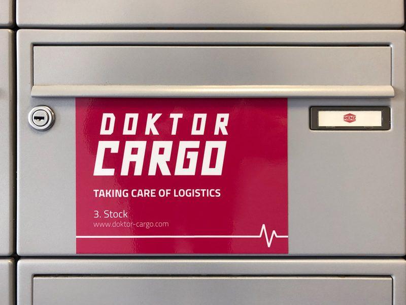 Aufkleber von Doktor Cargo auf deren Briefkasten