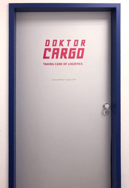 Türe mit Folienbeschriftung von Doktor Cargo.