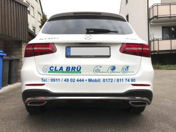 Heckansicht: Folienbeklebung eines weißen Mercedes GLC für den Hausmeisterdienst Cla Brü