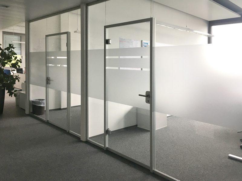 Ausschnitt einer Büroglaswand, die mit neuer Sichtschutzbeklebung bei IT2media