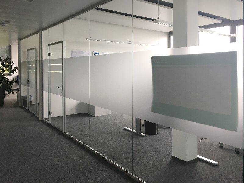 Büroglaswand, die mit neuer Sichtschutzbeklebung bei IT2media