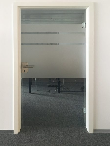 Bürotüre mit neuer Glasdekorfolierung im Streifendesign bei IT2media