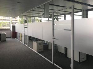 Lange Büroglaswand, die mit neuer Sichtschutzbeklebung bei IT2media