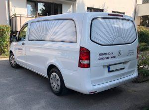 Schräge Seitenansicht eines weißen Mercedes Vito mit neuer Folienbeschriftung für Bestattungen Graupner und Noris