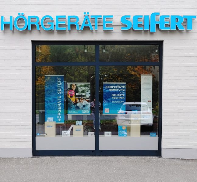 Dezenter Sichtschutz mit grauer Folie am Fuße der beiden Schaufenster von Hörgeräte Seifert in Erlangen am Europakanal