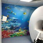 Vollfläche Folierung einer Wand in der Kinderklinik Erlangen