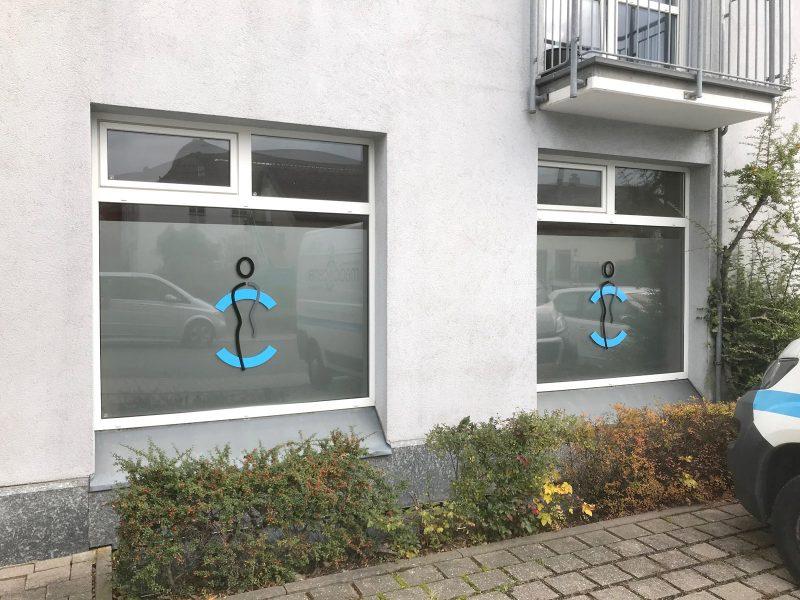 Fenster mit Logo- und Sichtschutzfolierung für das Medic Center in Markt Erlbach