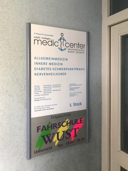Folierung eines Edelstahl Schildes für der neuen Praxis des Medic Centers in Markt Erlbach