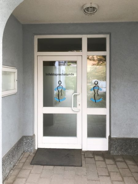 Eingangstüre mit neuer Folierung für Medic Center Markt Erlbach