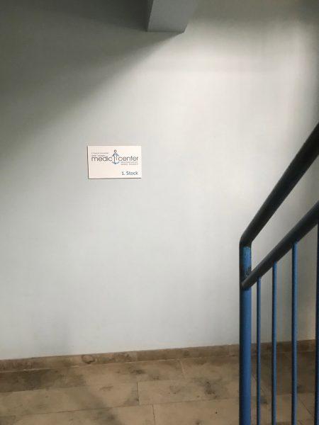 Foliertes Schild an der Wand im Treppenhaus der Medic Center Praxis in Markt Erlbach