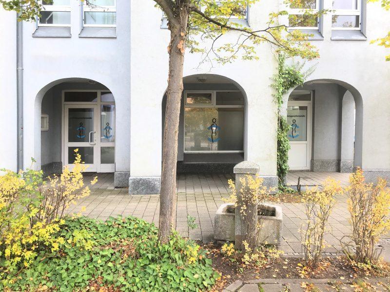 Fenster und Türen mit Logo- und Sichtschutzfolierung für das Medic Center in Markt Erlbach