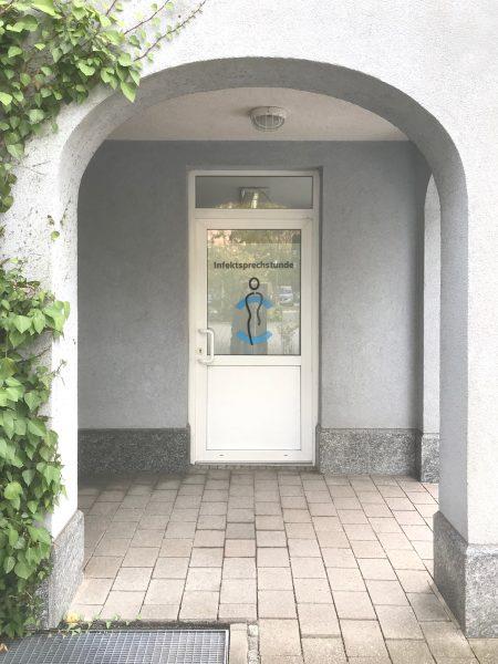 Eingangstüre hinter einer Bogenpassage mit neuer Sichtschutzfolierung für Medic Center in Markt Erlbach