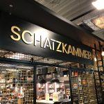 3D-Schilder - Nahaufnahme: Schwarzes Schild mit 3D-Buchstaben hängt von der Decke herab im EDEKA Stengel Laden in Fürth