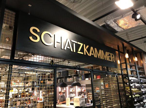 Nahaufnahme: Schwarzes Schild mit 3D-Buchstaben hängt von der Decke herab im EDEKA Stengel Laden in Fürth