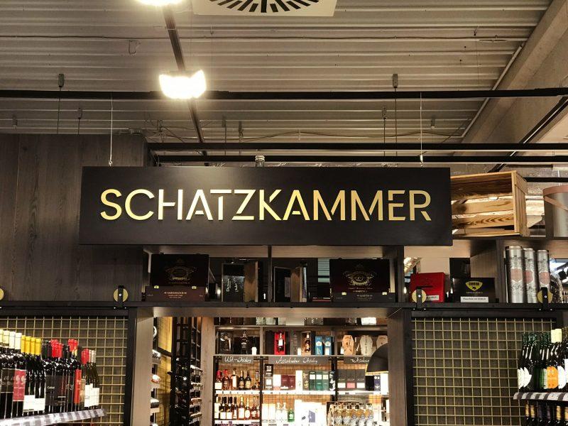 3D-Schilder - Schwarzes Schild mit 3D-Buchstaben hängt von der Decke herab im EDEKA Stengel Laden in Fürth