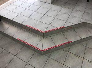 Stufen mit roten Punkten aus Folie, dienen als Markierung um auf die Stufen aufmerksam zu machen
