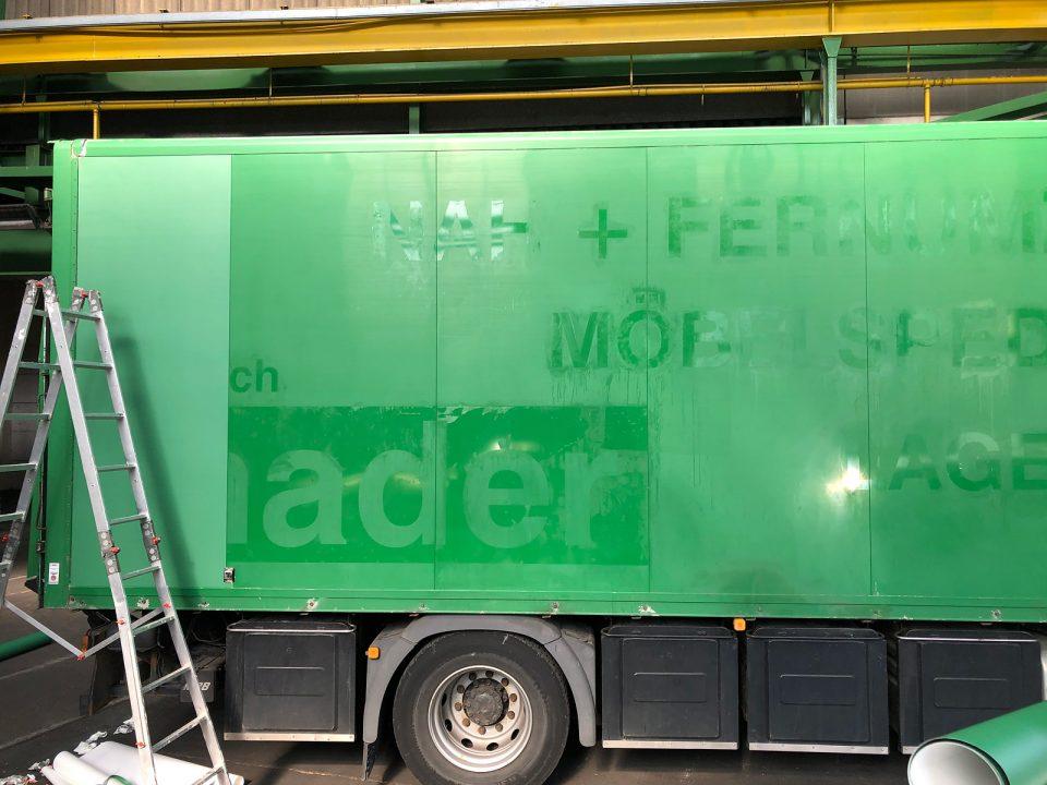 Nackerter grüner LKW von dem alte Folie entfernt wurde. Bereit für die Neufolierung für MVL.