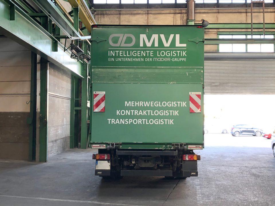 Heckansicht: Neu folierter MVL LKW