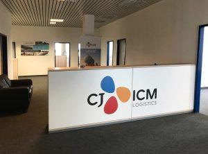 Theke von der Seite mit neuer Folienbeschriftung in Form des Firmenlogos von CJ ICM