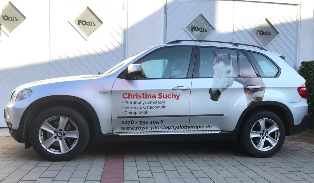 Seitenansicht eines neu beklebten silbernen BMW X5 für Royal Pferdephysiotherapie