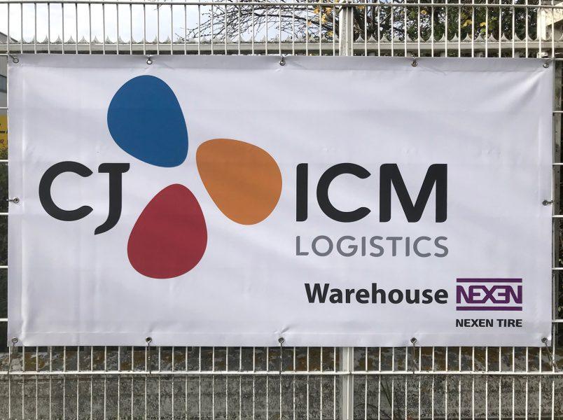Banner von CJ ICM an einem Zaun befestigt