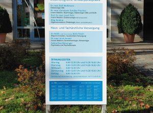Neues, großes foliertes Alu Dibond Schild vor einer Medic Center Praxis in Nürnberg