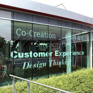 Beklebung der großflächigen Glaselemente eines Pavillons der Siemens AG