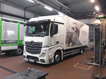 Vollflächige Folierung eines Mercedes-Benz Actros im Auftrag der Kühnl Group