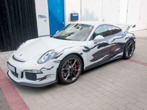 Porsche GT3 mit auffälliger Folierung.