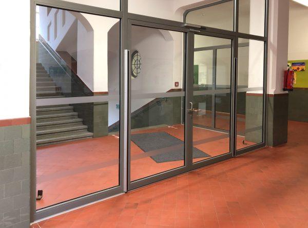 Durchlaufschutz-Streifen an den Glaswänden in der Reutersbrunnenschule in Nürnberg