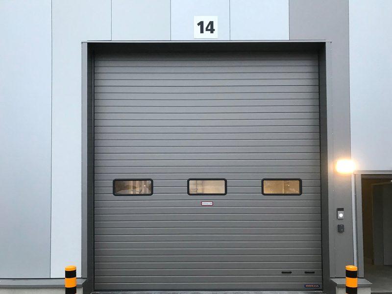 LKW Terminal Nummerierung - Nahaufnahme eines großen Tores mit folierter Nummer