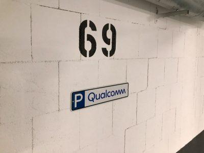Parkschilder - Parkschild, das an der Wand in der Tiefgarage bei Qualcomm hängt und neu mit dem Firmenlogo foliert wurde