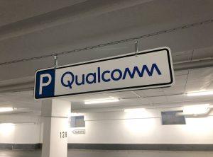Parkschilder - Parkschild, das von der Decke in der Tiefgarage bei Qualcomm hängt und neu mit dem Firmenlogo foliert wurde