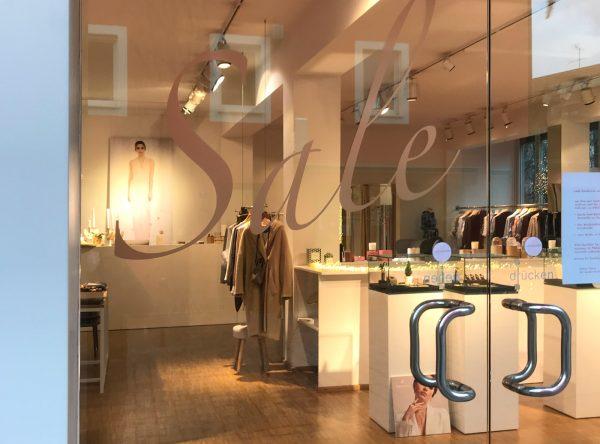 Sale-Aufkleber auf der Eingangsglastüre des Savoir Vivre Shops in der Nürnberger Innenstadt