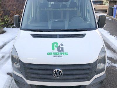 Frontbeschriftung: Fahrzeugbeklebung eines weißen VW Crafteres für Greenkeepers Gartenbau