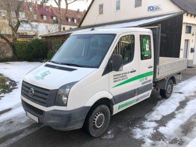 Front und Seitenbeschriftung: Fahrzeugbeklebung eines weißen VW Crafteres für Greenkeepers Gartenbau
